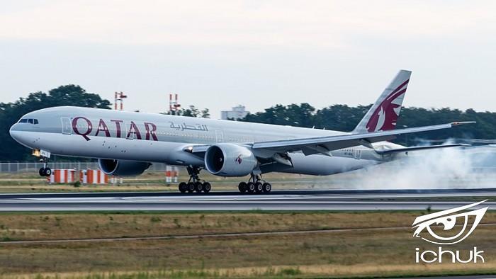 800px-Qatar_Airways_Boeing_777-300ER_(A7-BAL)_at_Frankfurt_Airport.jpg