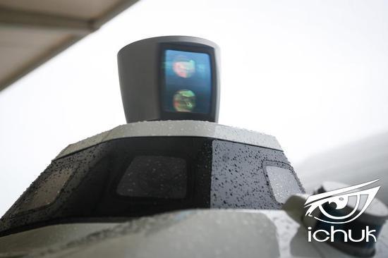 自动驾驶车顶不停旋转的是激光雷达,周围配备多个摄像头,采光充足、具有更高分辨率,夜间也能安全行驶。