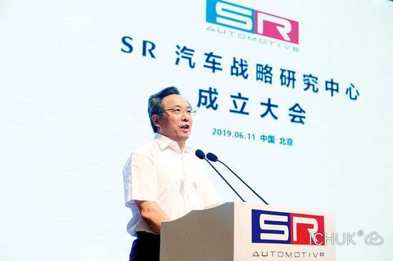 2019年6月11日,赛麟汽车与江苏省如皋市联合发起的SR汽车战略研究中心在北京正式成立。中共如皋市委常委、如皋经济技术开发区党工委副书记马金华在成立仪式上发言。图/天天汽车